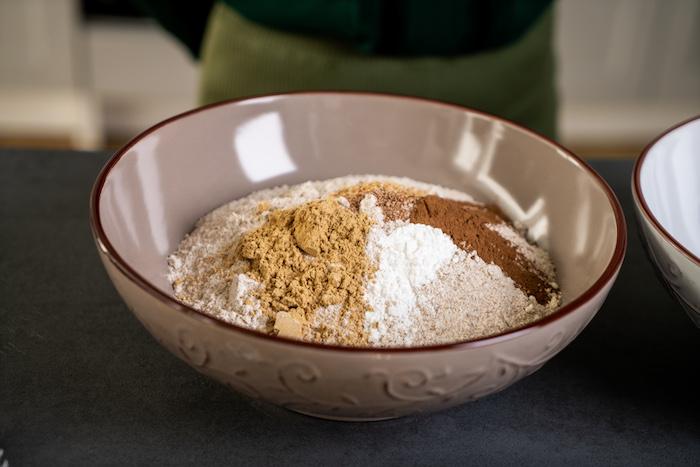 melanger la farine et les épices dans un bol, étape pour faire des biscuits de noel en pain d épice