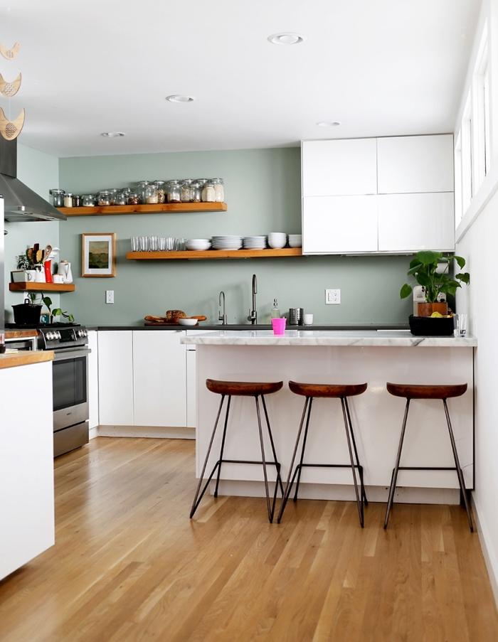 modèle de cuisine grise et verte avec plafond blanc et plancher de bois, idée comment aménager une cuisine en L avec îlot