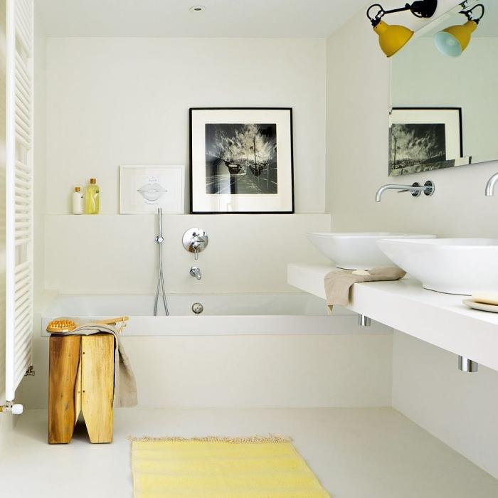 comment décorer une pièce à look total blanc avec accents flashy, modèle de tapis jaune dans une salle de bain blanche