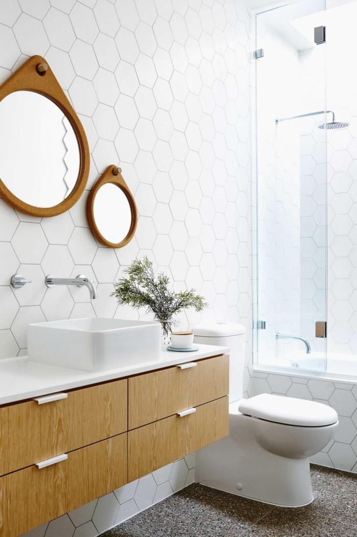 carrelage salle de bain en formes géométriques, astuce déco de salle de bain 5m2 en couleurs claires avec meubles bois