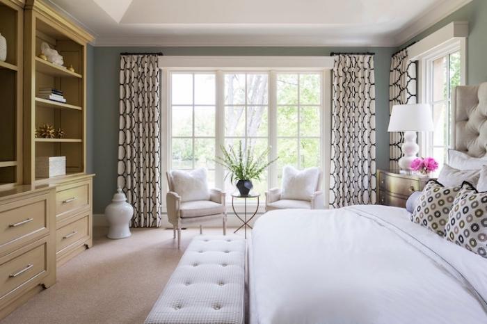 déco de chambre à coucher aux murs de couleur vert de gris, chambre adulte au plafond blanc avec grand lit