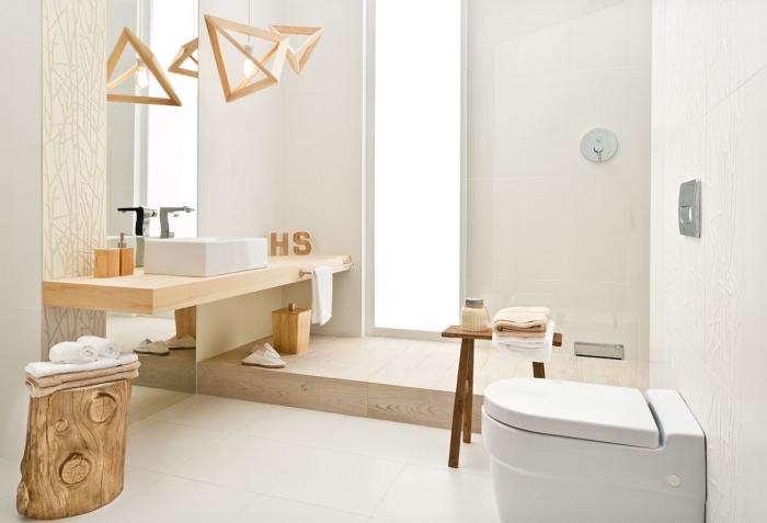 objets de décoration salle de bain en bois, exemple de salle de bain avec douche italien, revêtement sol imitation parquet