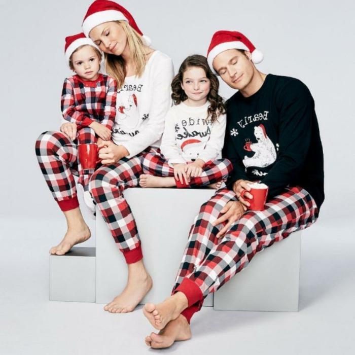 Pyjama pour toute la famille, mère père et enfants avec pyjamas associés, cool idée comment s'habiller pour le matin de noël