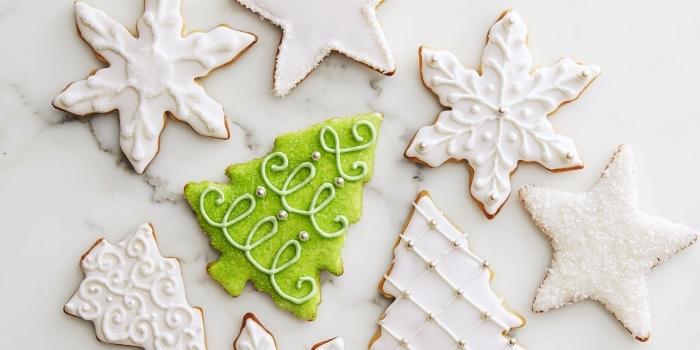 modèle de bredele alsacien à décoration enneigée avec glaçage royal et sucre glace, idée biscuit sapin de noel au sucre vert