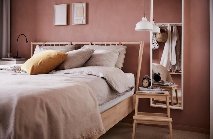 tendance deco 2018 2019, modèle de lit en bois avec tête de lit original, idée déco chambre femme aux murs terracota