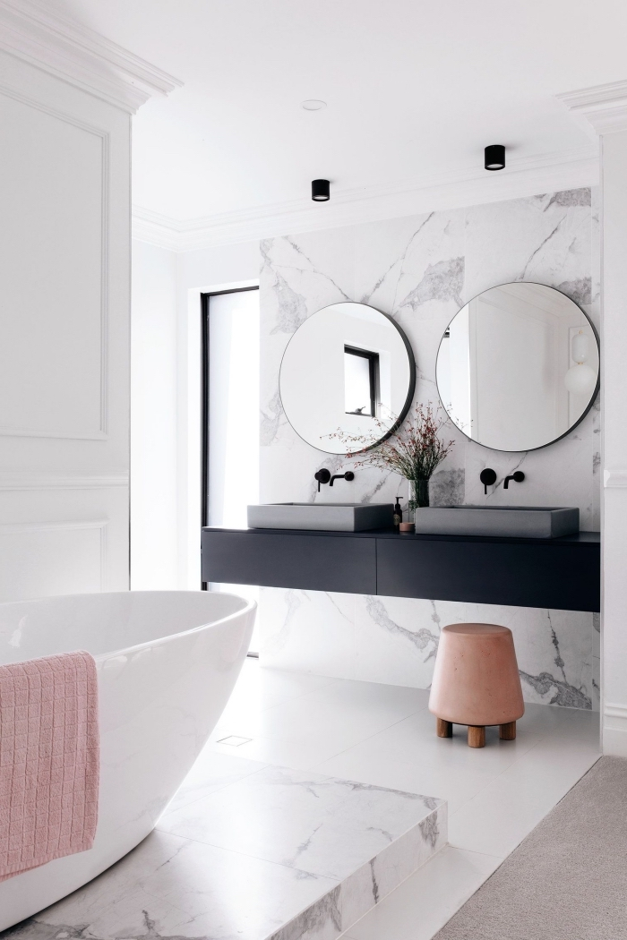 meuble sous evier salle de bain en noir mate, design intérieur stylé avec peinture murale blanche et revêtement partiel en marbre
