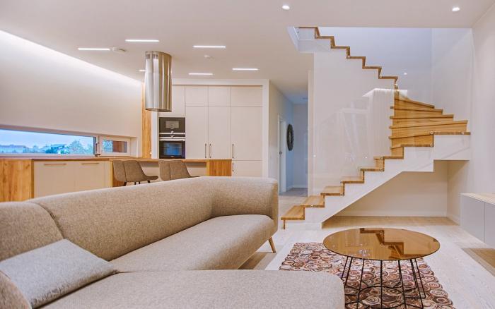 décoration d'intérieur stylée en blanc avec meubles bois, exemple d'escalier 1 4 tournant en bois avec contremarches