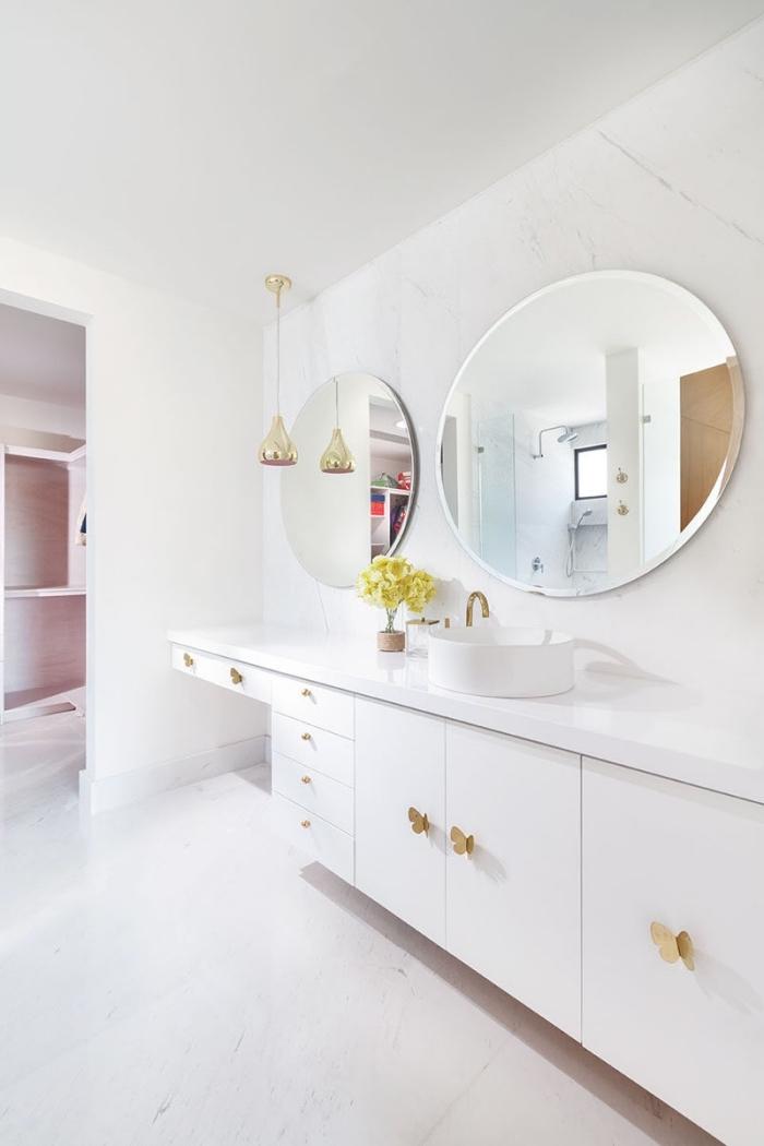 choix de carrelage sdb tendance moderne, revêtement murs et sol à imitation marbre, meuble sous vasque en blanc