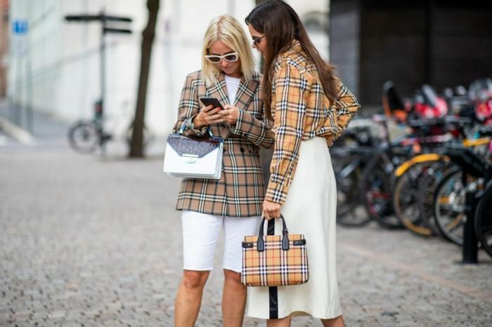 manteau carreaux femme, jupe blanche, sac tartan, veste tartan, parking vélos