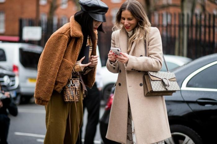 manteau teddy bear, pantalon couleur tabac, manteau crème, casquette noire, foulard aux carreaux laine