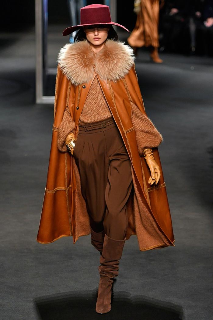 manteau en cuir long, pantalon marron taille haute, col fausse fourrure, gants écru
