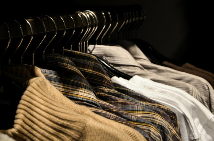 basiques de la garde-robe masculine, pulls beiges, chemises à carreaux, chemise en jeans beige, mode masculine automne-hiver
