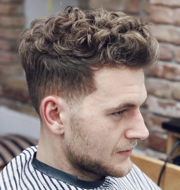 homme cheveux bouclés chatain clair avec dégradé haut vers l'avant style banane hipster coiffure tendance