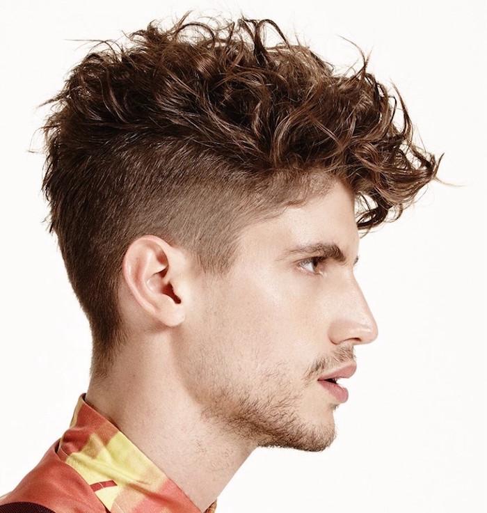 comment avoir les cheveux bouclés pour homme avec dégradé coté et dessus sur le front