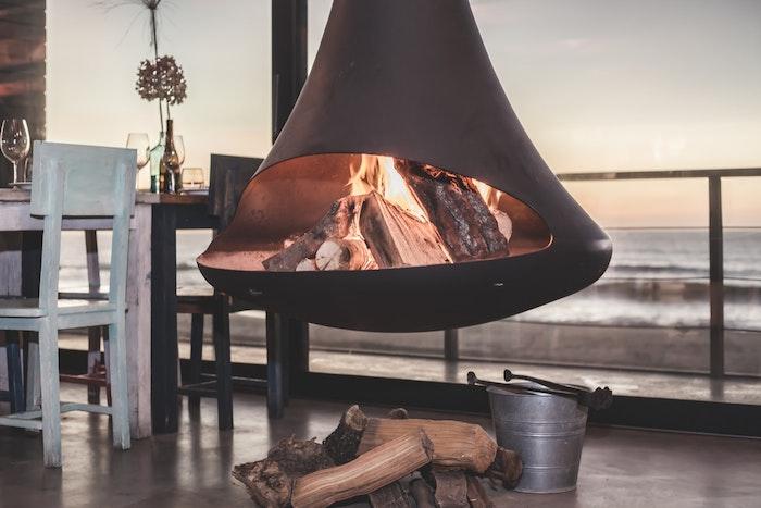 modèle de cheminée suspendue design moderne à bois combustible, deco maison bord de mer, salle à manger style campagne