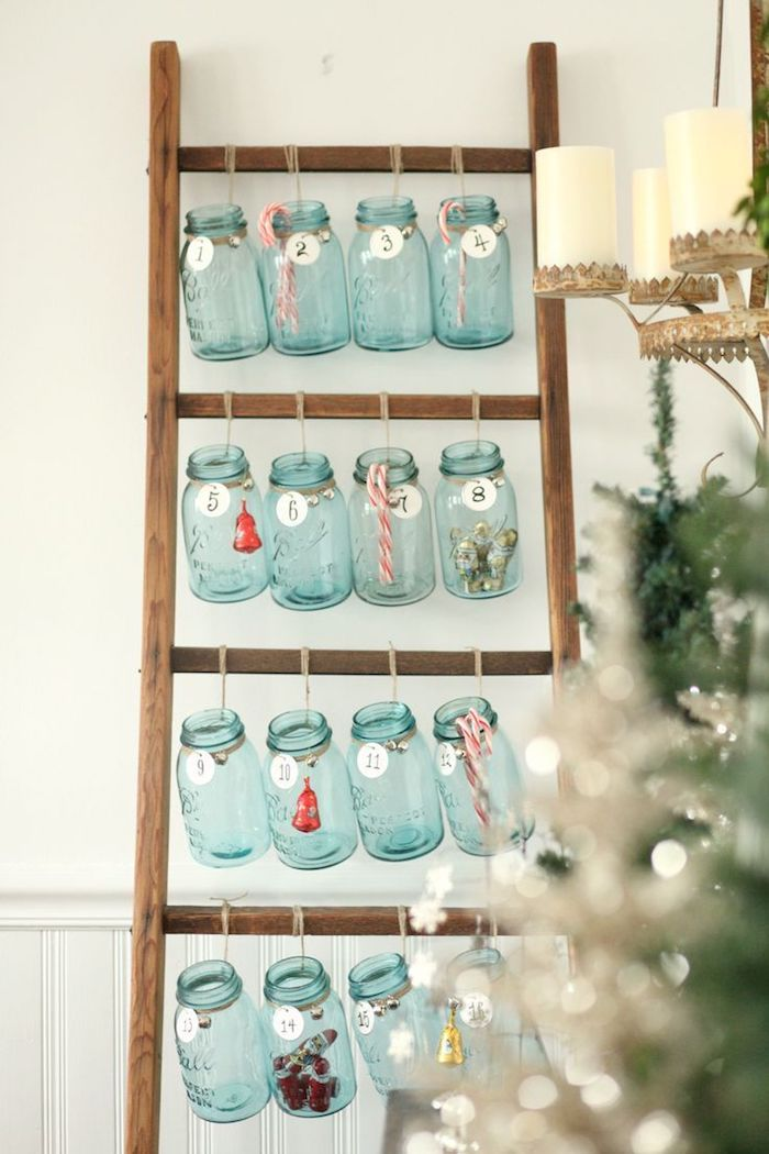 echelle bois decorative avec des bocaux en verre surprise, cadeau et gourmandises, échelle adossée à un mur, decoration de noel a faire avec recup calendrier de l avent rustique