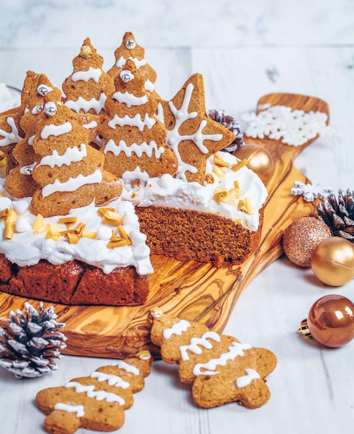 decoration de biscuit pain d epice sur un gateau sans gluten avec nappage de crème fromagère, dessert de noel sain