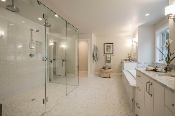 salle de bain beige clair, douches ouvertes à la salle, meuble sous vasque blanc, plan vasque gris clair