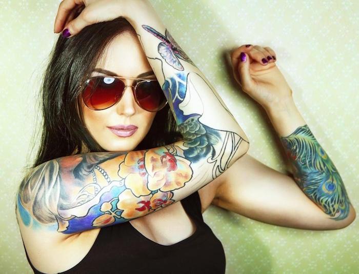 tatouage bras femme brune style japonais en couleur avec fleurs et plantes en couleurs