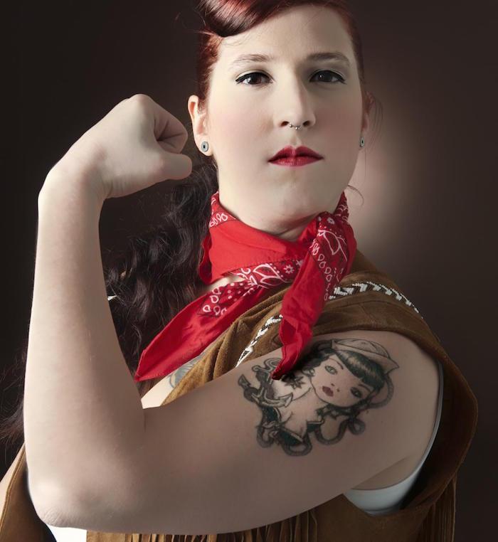 modele tatouage pin up sur bras femme au look année 50 avec bandana rouge autour du cou et rouge à levres