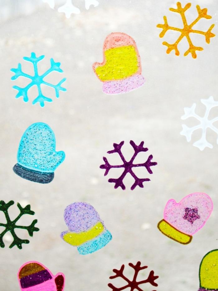 bricolage noel facile à faire avec les enfants pour réaliser des motifs de noël en peinture en relief à coller sur les vitres