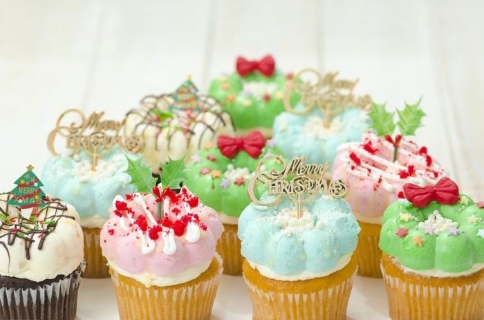 recette muffins facile à la vanille et au chocolat, exemple de glaçage cupcake avec colorant alimentaire en couleurs différentes