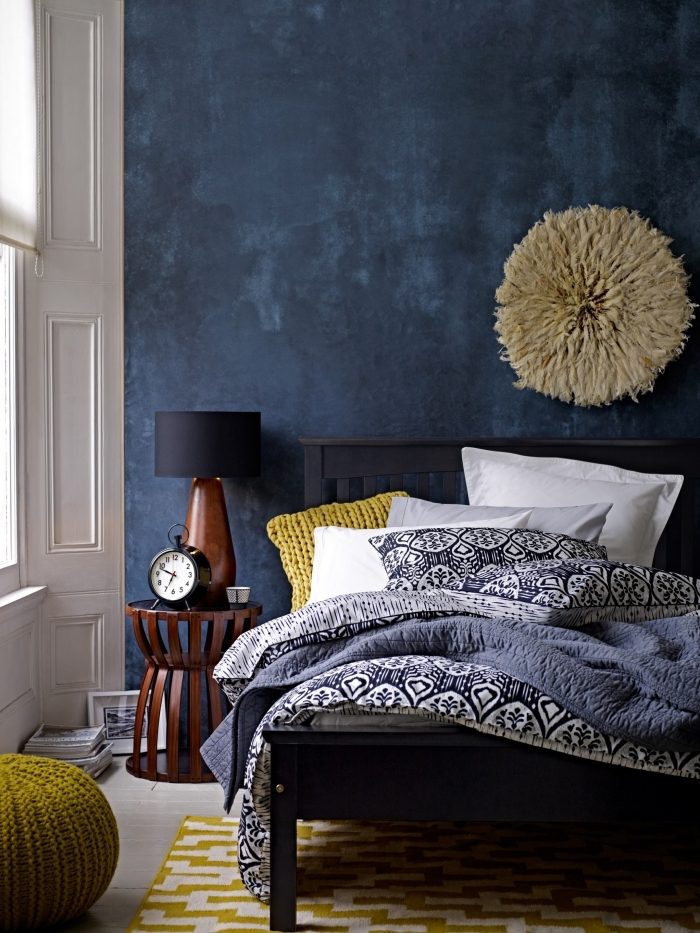 exemple de couleur mur chambre adulte, décoration murale avec suspension diy, meubles foncés dans une chambre avec mur bleu foncé