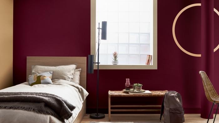 aménagement chambre à coucher moderne, quelle couleur pour une chambre femme, peinture murale en bordeaux