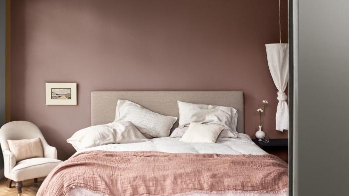 quelle couleur pour une chambre, déco cozy dans une chambre femme aux murs taupe et meubles en beige avec accessoires en blanc