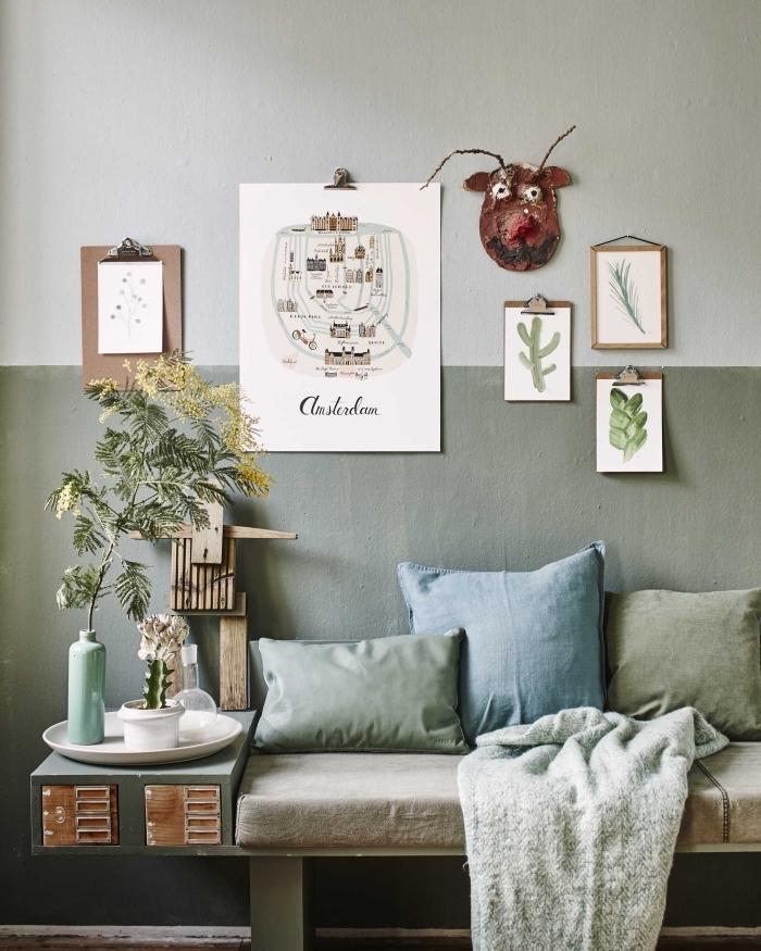idée quelle couleur avec le gris, peinture murale bicolore en blanc et teinte gris verdâtre, nid cocooning de style hygge avec coussins décoratif