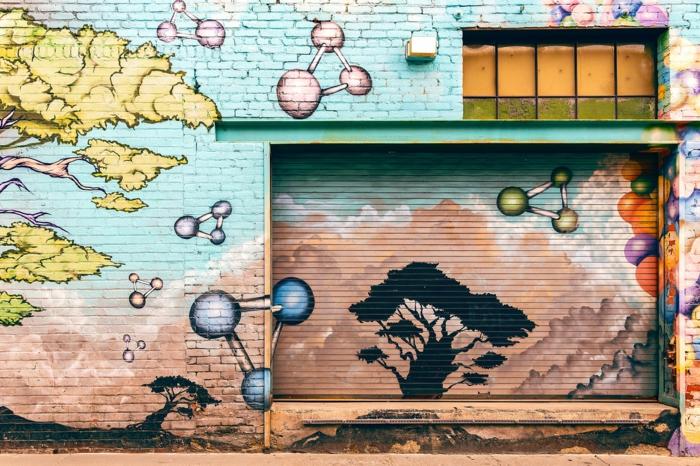 Mur avec belle image dessiné sur le surfac,e graffiti style de dessin coloré parfait pour fond d écran paysage, fond d écran stylé pour fille iphone version