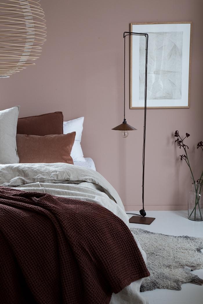 idée couleur chambre moderne, décoration de chambre à coucher aux murs en rose poudré, modèle tapis imitation peau d'animale