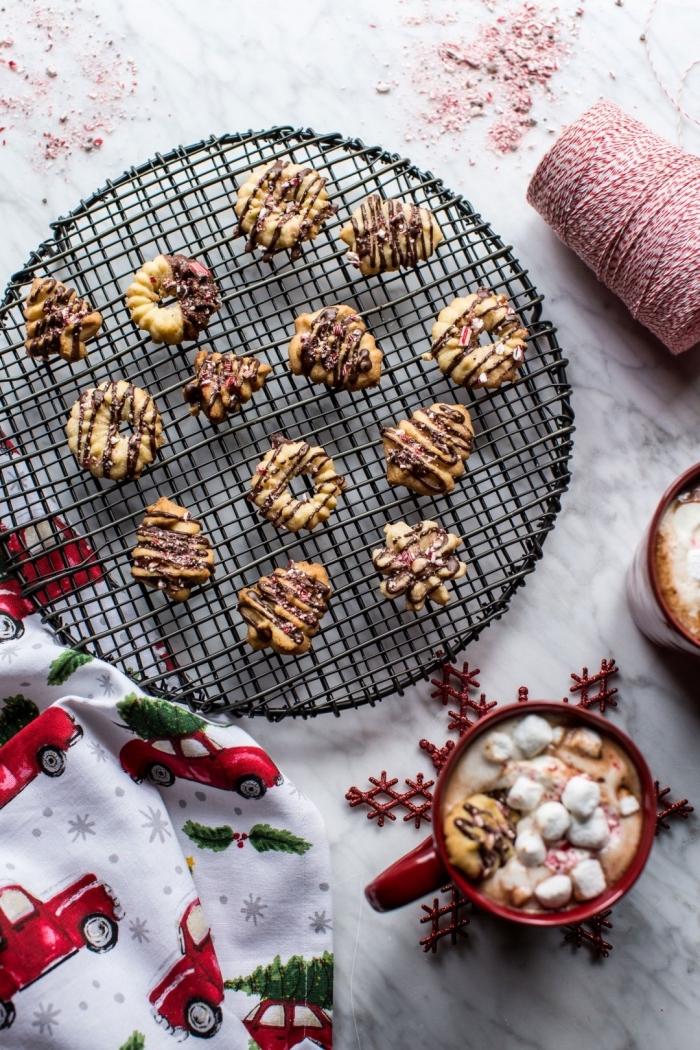 préparer une tasse de chocolat chaud maison avec guimauve et biscuits, recette biscuits de noel au glaçage chocolat