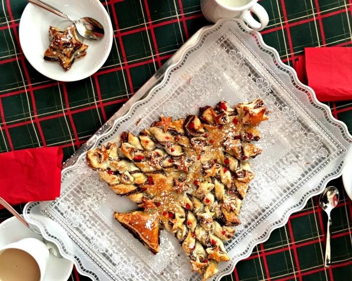 idée petit déjeuner de noel avec gâteau facile au chocolat et une tasse de café, modèle arbre de noel feuilleté chocolat