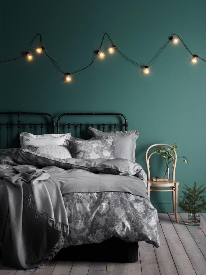 design intérieur contemporaine dans une chambre à coucher, couleur vert d eau ou vert foncé pour murs en chambre