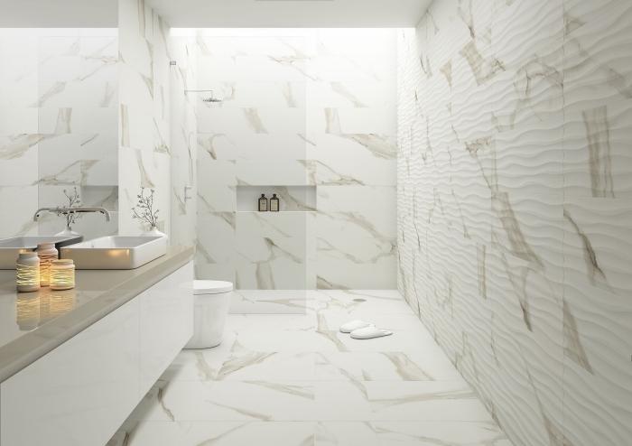 modèle de carrelage salle de bain en blanc et beige, idée aménagement salle de bain avec cabine de douche, lumière salle de bain avec fenêtre de plafond