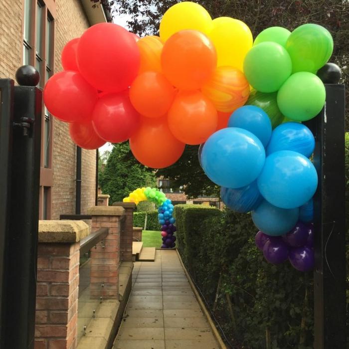 idée déco avec ballons, comment décorer avec ballons, grande suspensions formée de quelques grappes de ballons multicolores