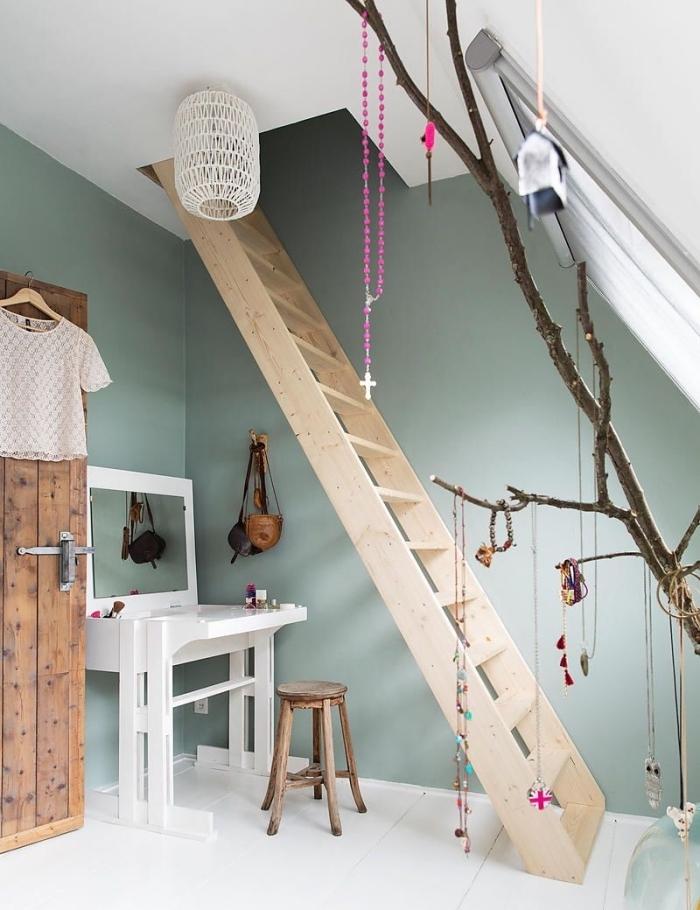 comment optimiser l'espace sous escalier, idée peinture couloir ou entrée en nuance vert pastel, exemple couleur vert de gris