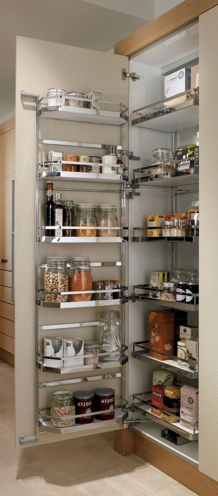 un système de rangement placard cuisine avec des étagères métalliques sur les portes de l'armoire et des tiroirs coulissants