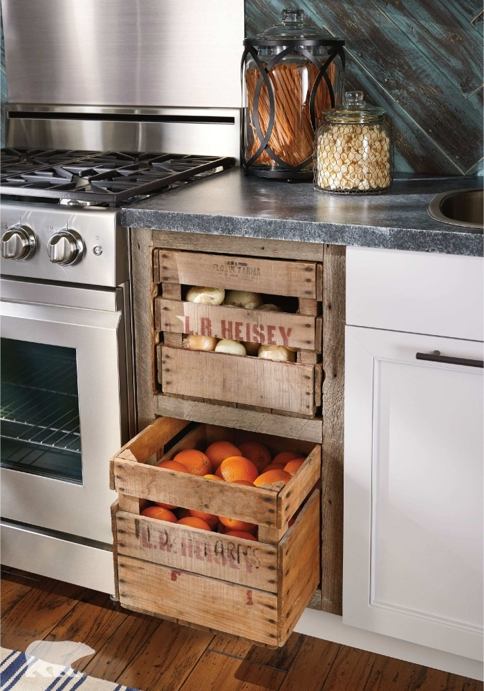 des tiroirs range-légumes récup réalisés à partir des caisses en bois récupérées, encastrées dans les armoires de bas