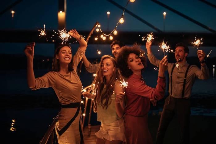 décoration sans faute de goût, idee nouvel an avec feu de bengale, des gens qui s amusent en plein air, comment organiser une soirée nouve an 2018