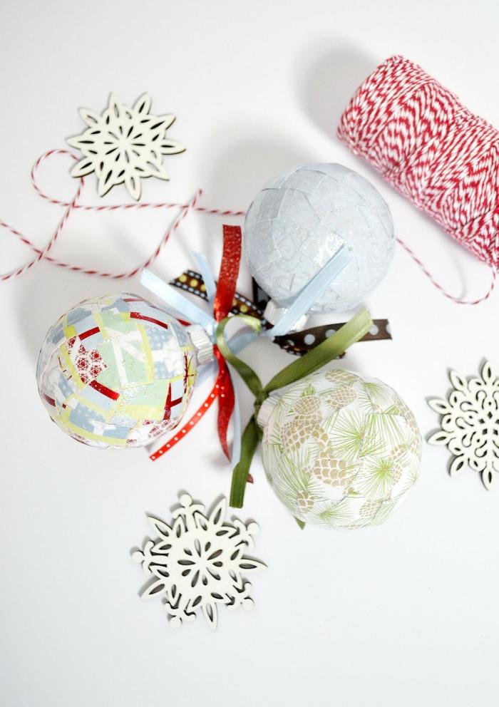 des boules de noël enveloppées de chutes de papier cadeau à motifs de noël, decoration de noel fait main