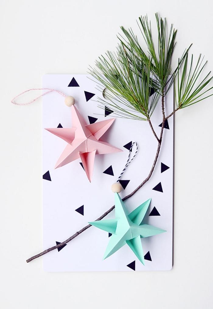 des ornements de noël sapin origami en rose et pastel avec perles de bois naturel pour une décoration de sapin à la fois douce et moderne