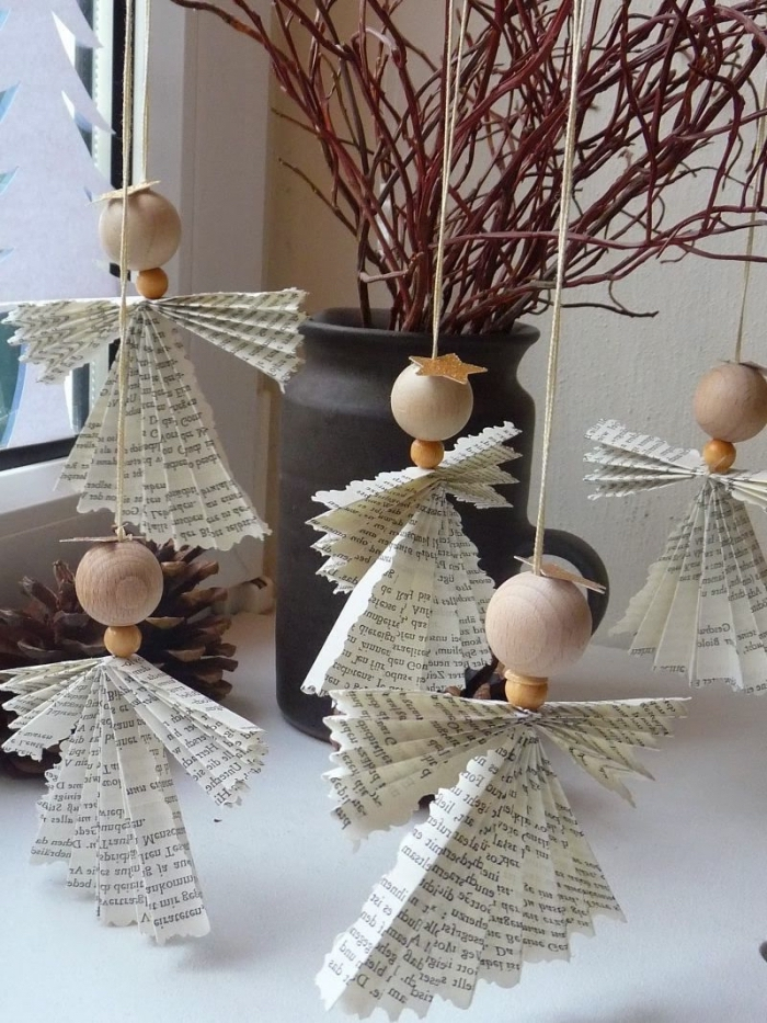 déco rebord de fenêtre avec des ornements anges de noël en pliage papier et en perles de bois suspendus à quelques branches, deco fenetre noel à réaliser soi-même