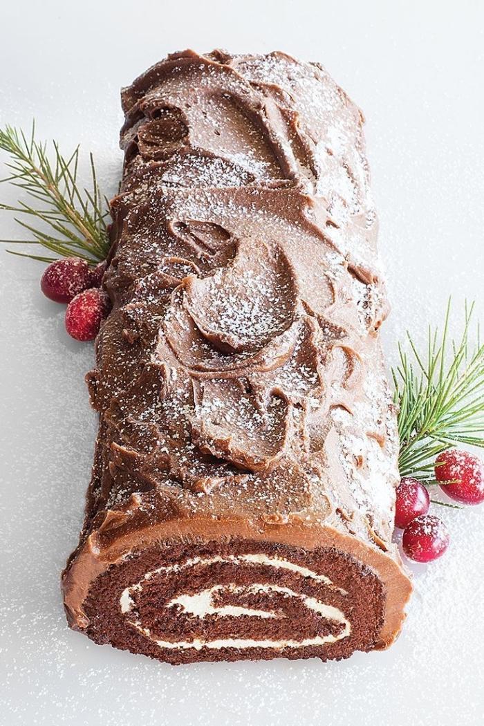 recette traditionnelle de buche de noel facile et rapide au chocolat et vanille, au glaçage moka, décorée de canneberges et brins de sapin