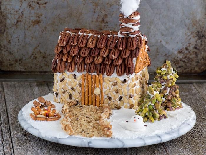pain d epice maison healthy décorée de graines, noix et bretzels, petits sapins de noel en pistaches, gateau original de noel