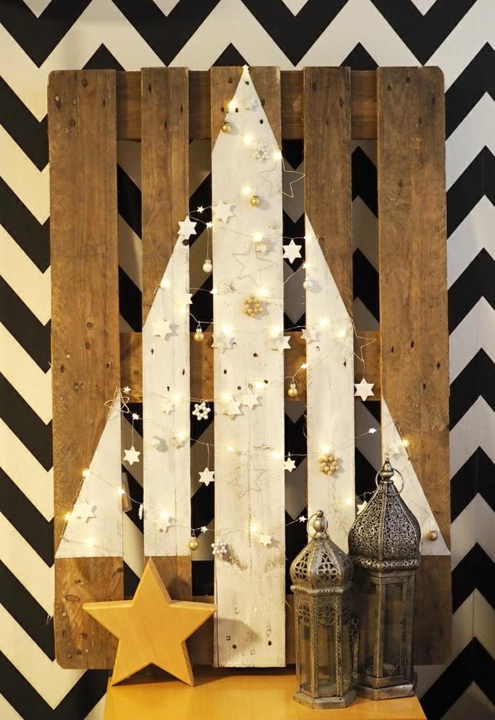 décoration sapin de noel blanc, deux lanternes marocaines, étoile jaune, papier peint chevrons, guirlande de petites étoiles