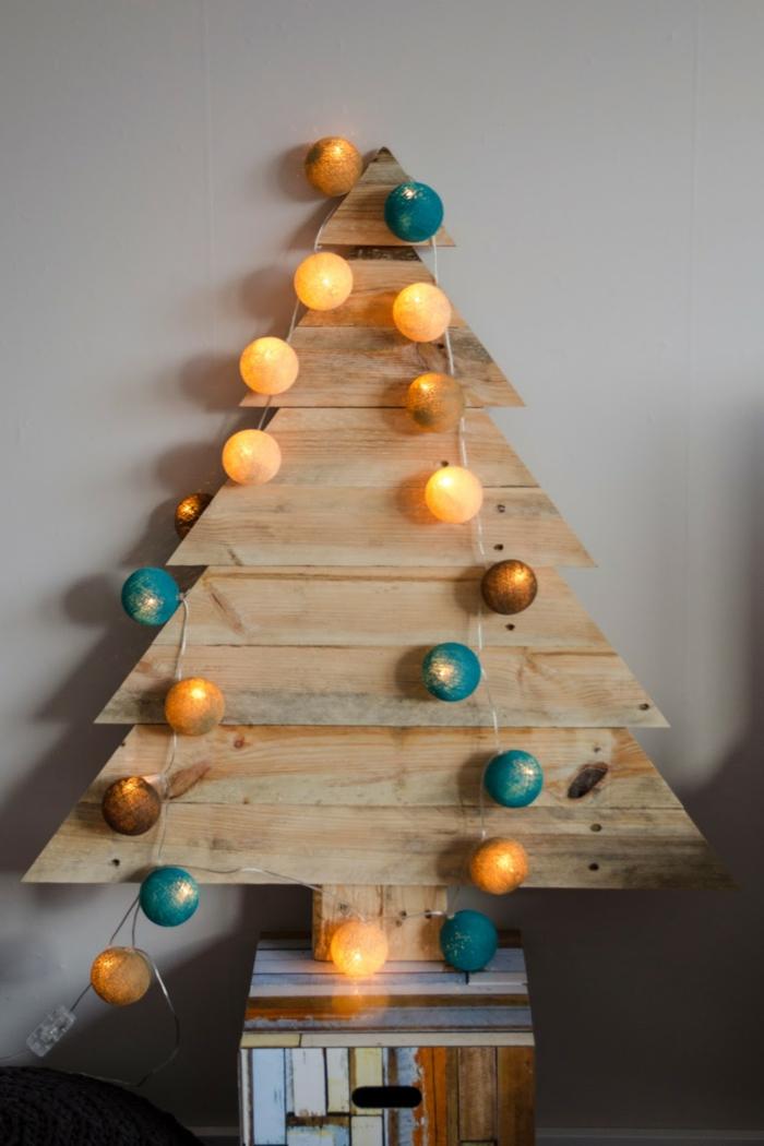 guirlande avec ficelle et boules décoratives lumineuses en jaune et turquoise, support en caisson de bois