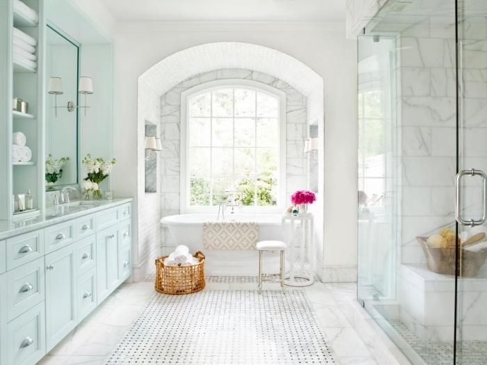 carrelage sdb imitation marbre, meuble salle de bain en bois peint vert pastel, déco salle de bain avec baignoire