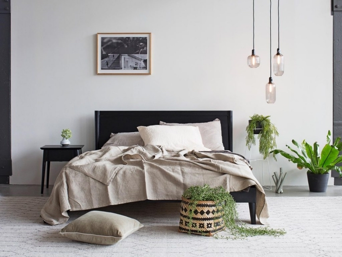 design intérieur de style minimaliste et bohème moderne avec plantes, deco chambre parentale aux murs de nuance blanche